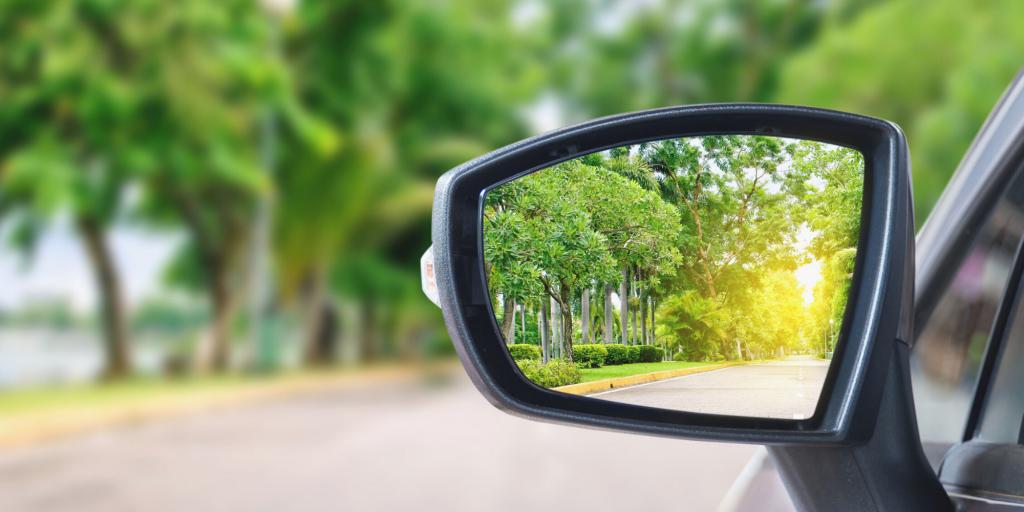 reflectie in autospiegel