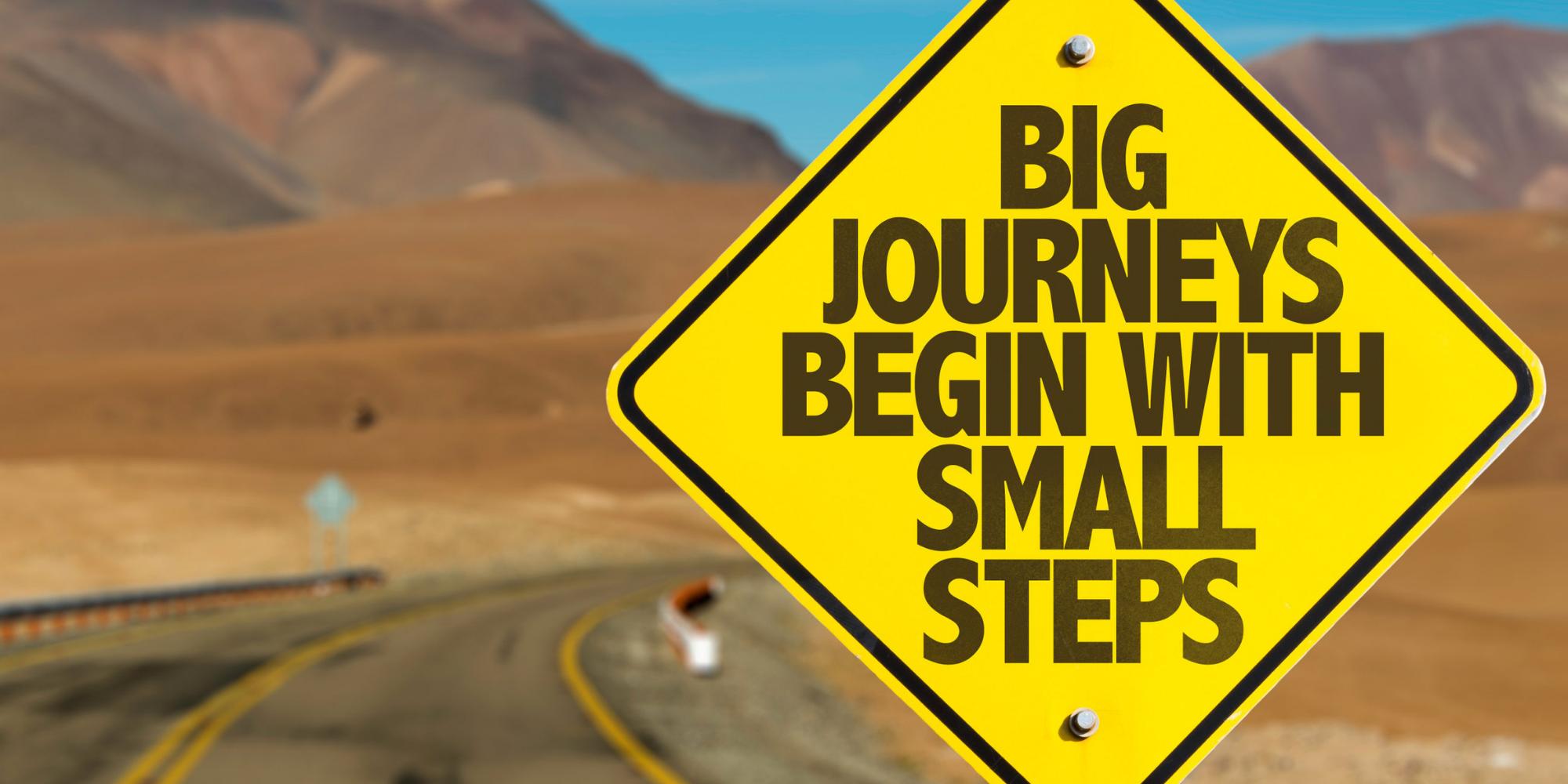 Bord met tekst Big Journeys Begin with Small Steps